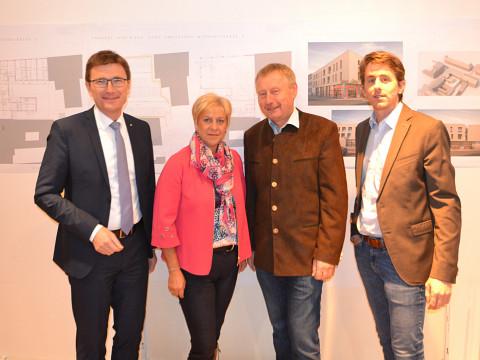 Am Foto vlnr: Mag. Huber (SPAR), Bgm. Puchebner, Herr Riedler, Mag. Krejci (RE/MAX Commercial)