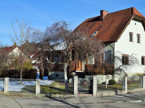 Hönigsberg, Einfamilienhaus mit Garage und großem, ebenen Grundstück
